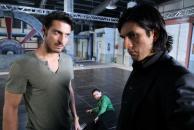 Trainer Jan Marco (Salvatore Greco) wirft Maximilian (Francisco Medina), der im Streit seine Mutter Simone (Tatjana Clasing) zu Boden geschleudert hat, aus der Tanzfabrik.